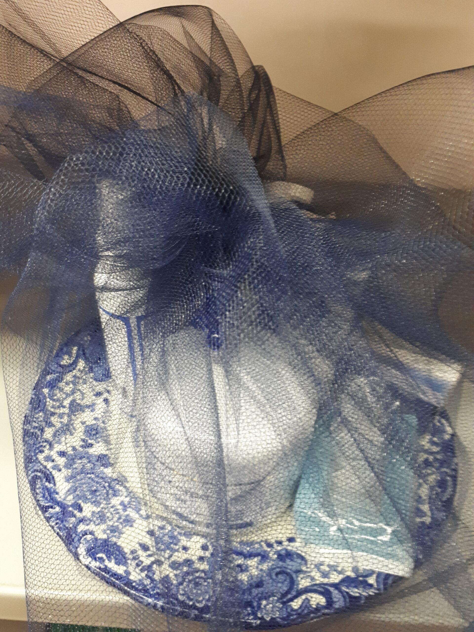 Confezione regalo BLUBIO: piatto decorativo blu confezionato con tulle blu